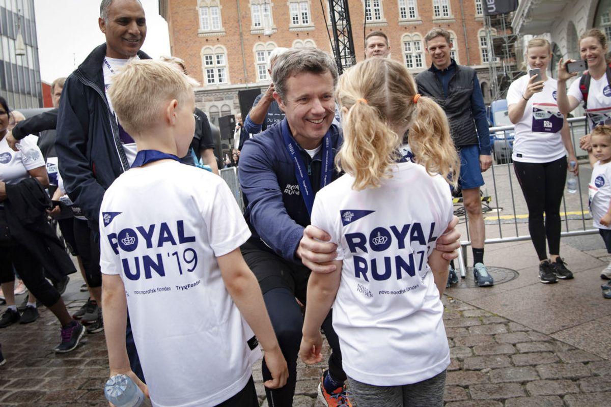 Kronprins Frederik løber One Mile under Royal Run i Aarhus. Her hilser han på nogle af de yngre deltagere. KLIK og se billeder fra Aarhus og Aalborg. (Foto: Bo Amstrup/Ritzau Scanpix)