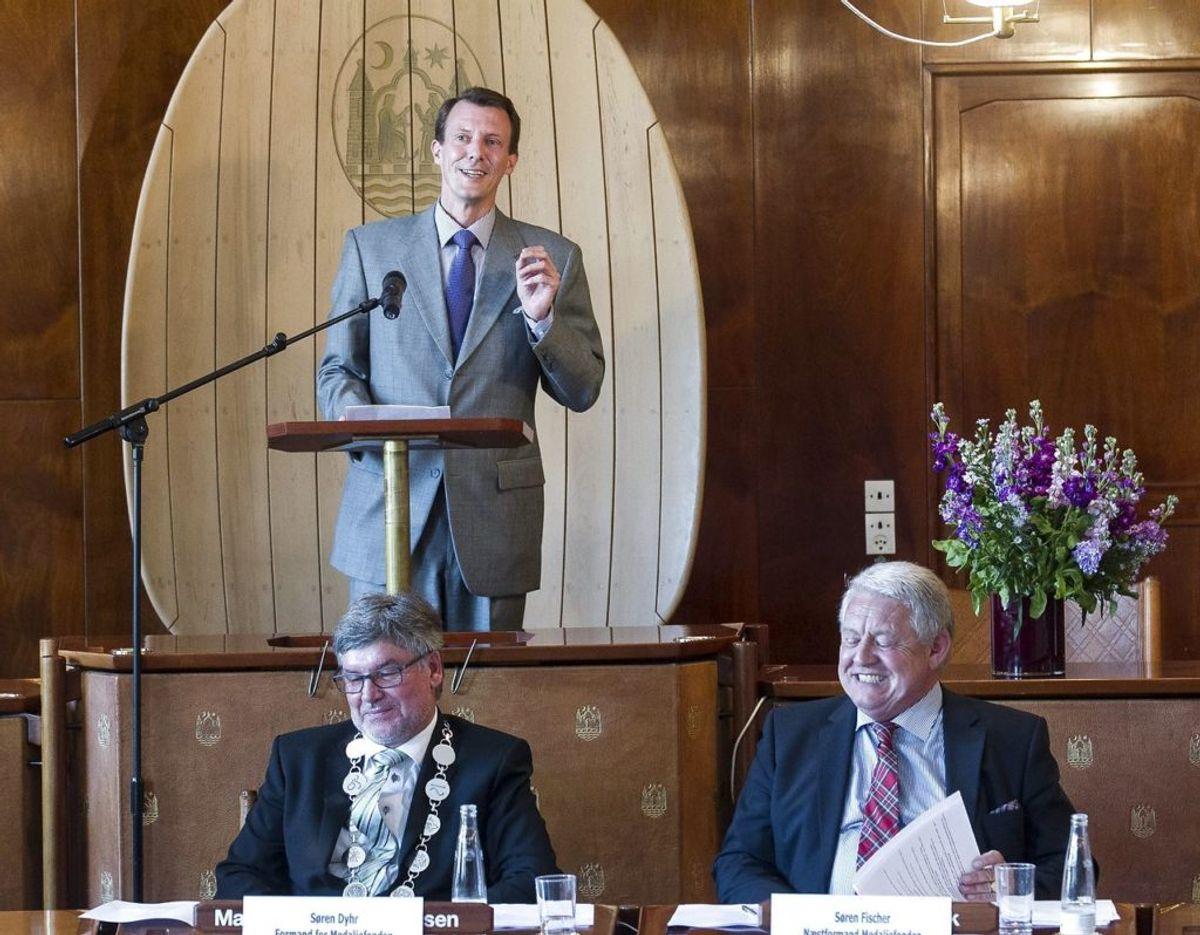 Prins Joachim overrakte prisen til Rasmus Tantholdt. Prinsen har uddelt Årets Æreshåndværker flere gange. Her i 2013. Foto: Scanpix