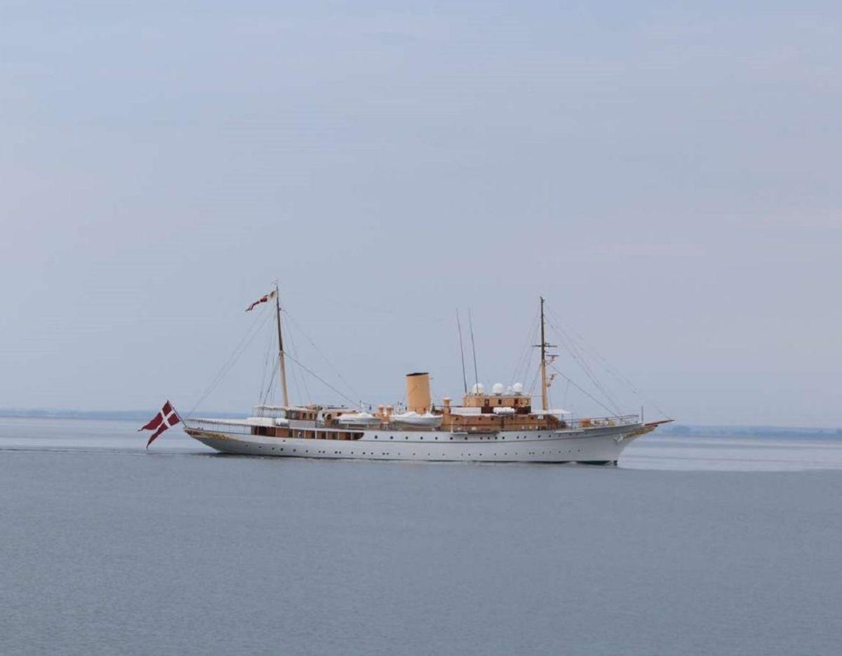 Kongeskibet ud for Sletterhage fyr med retning mod Aarhus. har retning mod Aarhus. Foto: Øxenholt Foto.
