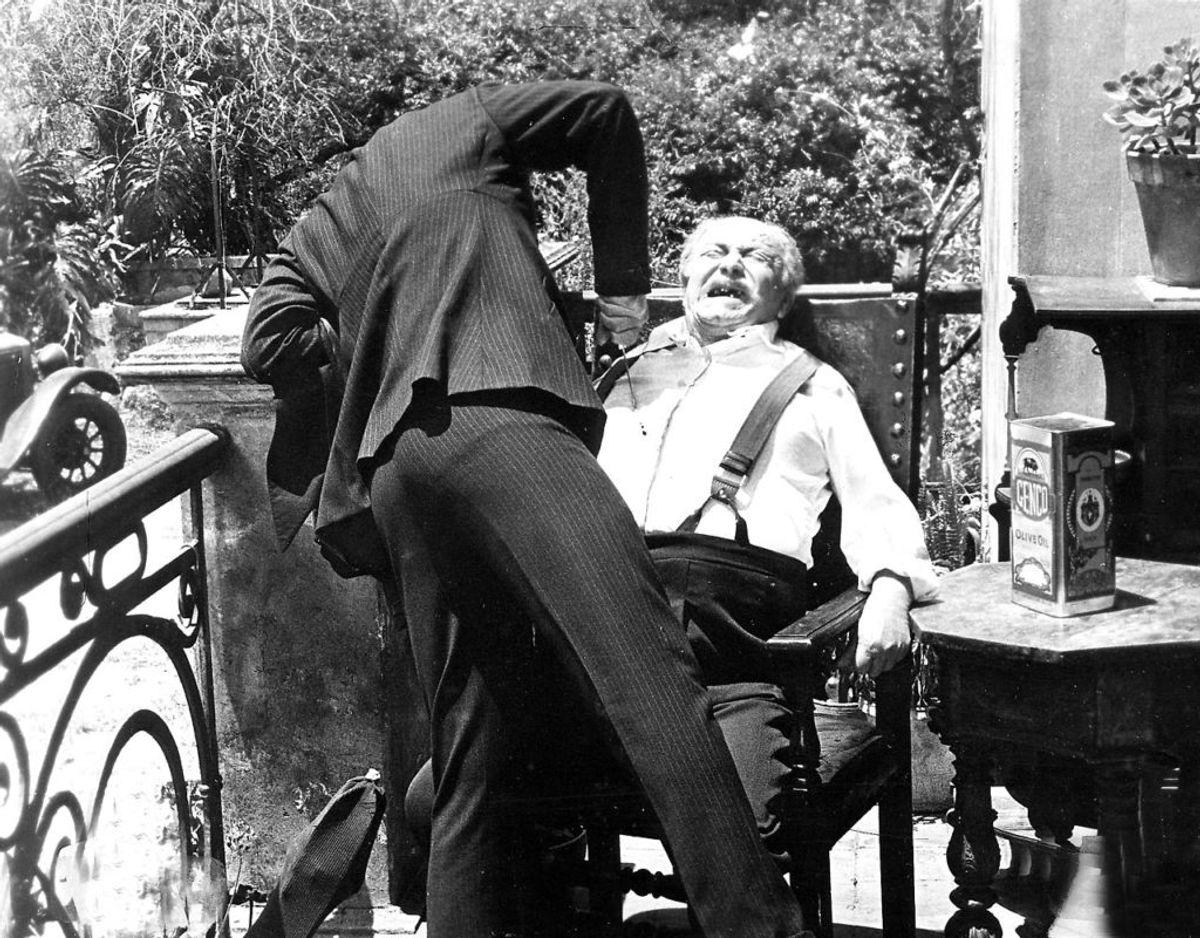 En af de ikoniske scener fra Godfather II, Vito Corleone (Robert De Niro) dræber Don Francesco. (Foto: Scanpix)