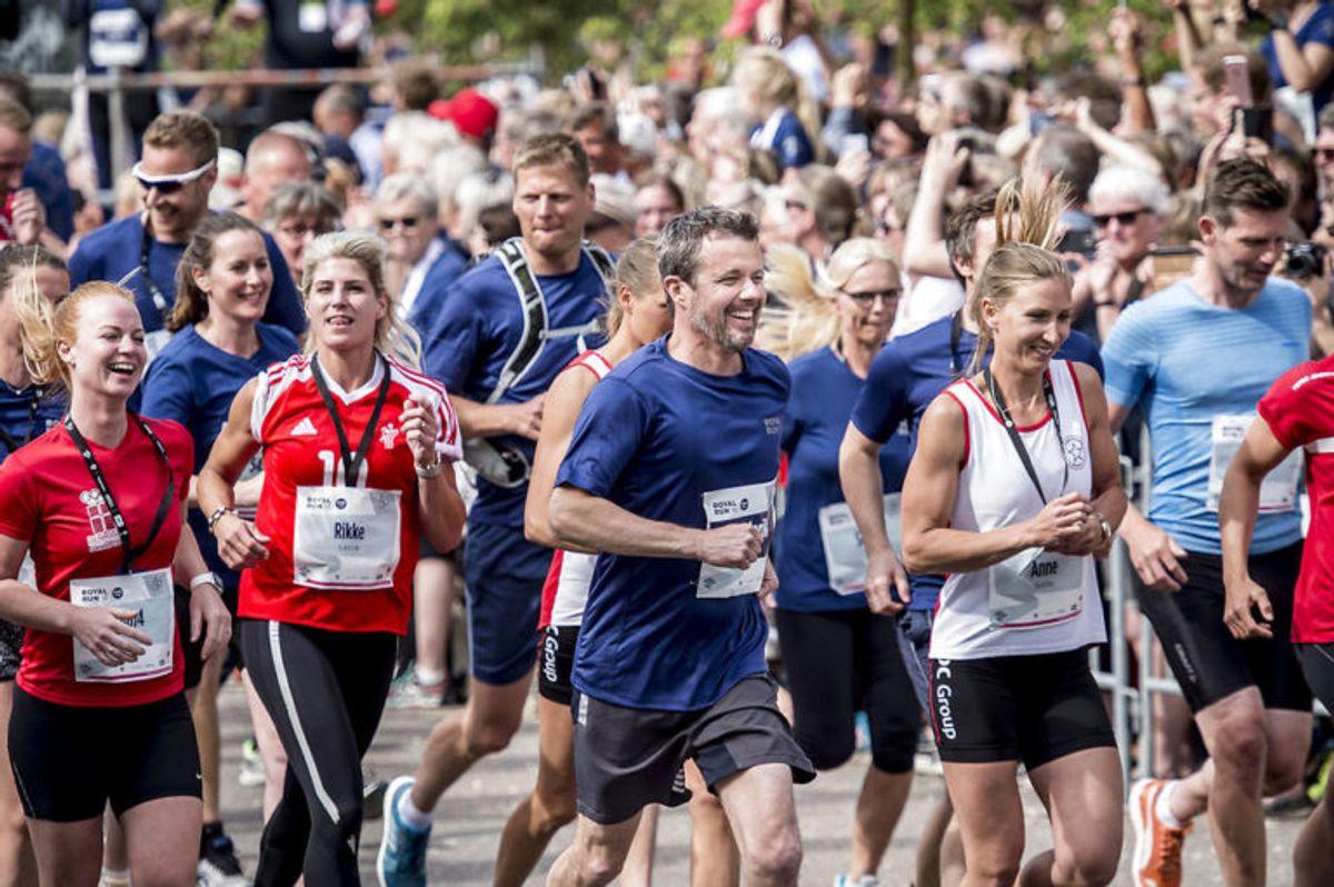 """Kronprins Frederik løber """"Royal Run"""" i Odense, mandag den 21. maj 2018. I løbet af dagen løber Kronprinsen i Danmarks fem største byer i forbindelse med, at han fylder 50 år den 26. maj 2018. Royal Run-løbet er delt op i temaer, der afspejler Kronprinsens liv. I Odense er temaet OL.. (Foto: Mads Claus Rasmussen/Ritzau Scanpix)"""