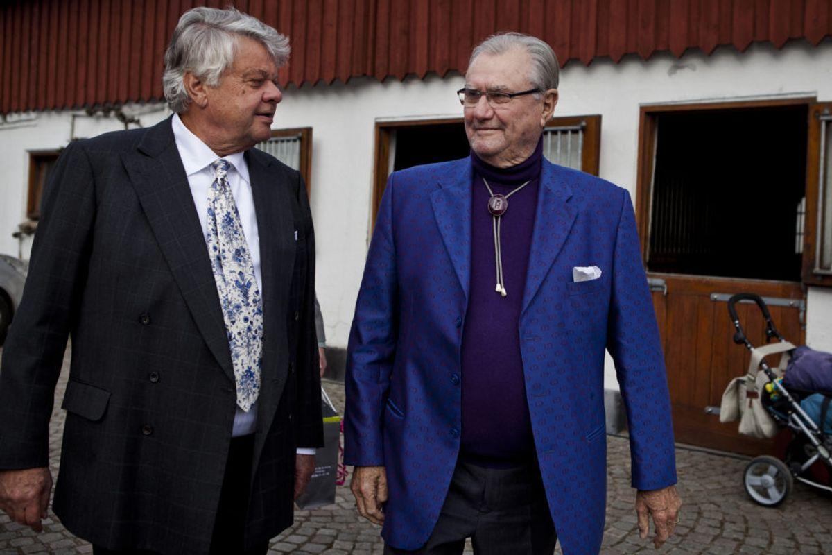 Christian Kjær var blandt andet kendt for sit gode venskab med afdøde Prins Henrik. Her ses de sammen til Kjærs 70-års fødselsdag. Nu har erhvervsmanden fået frataget alle sine titler fra Kongehuset. KLIK FOR MERE. Foto: Scanpix.