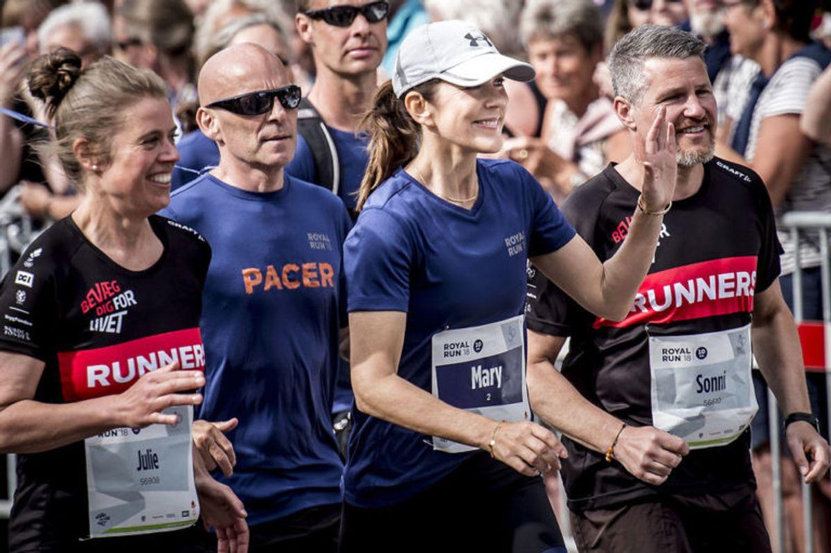 """Kronprinsesse Mary løber """"Royal Run"""" i Odense, mandag den 21. maj 2018. I løbet af dagen løber Kronprins Frederik i Danmarks fem største byer i forbindelse med, at han fylder 50 år den 26. maj 2018. Royal Run-løbet er delt op i temaer, der afspejler Kronprinsens liv. I Odense er temaet OL.. (Foto: Mads Claus Rasmussen/Ritzau Scanpix)"""