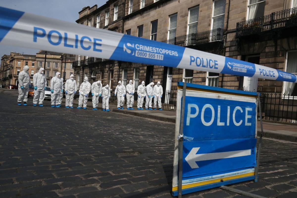 Kriminalteknikere finkæmmer området, hvor Bradley Welsh blev skudt. (Foto: Scanpix)