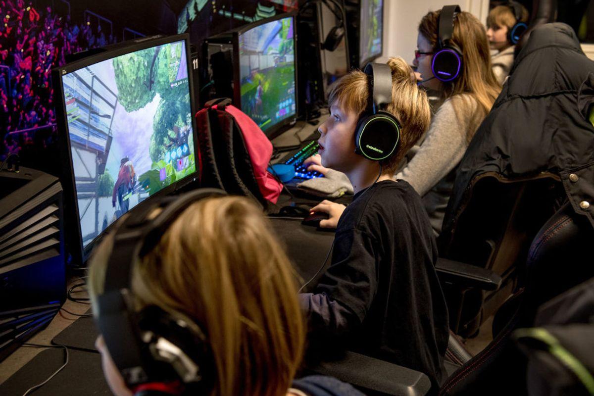 Der er rigtig mange børn og unge, som bruger virkelig meget tid foran skærmen – særlig på Fortnite. Og det er prins Harry langt fra vild med. Foto: Scanpix