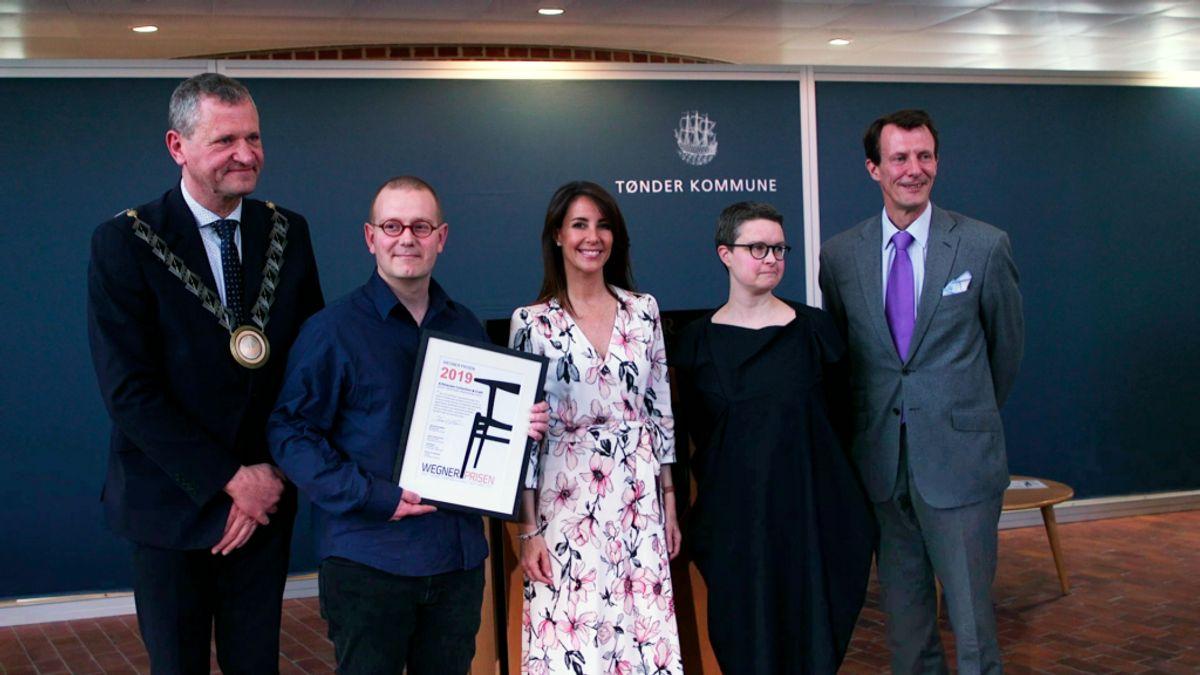Det var en stolt modtager der fik prisen af Joachim og Marie. KLIK VIDERE FOR FLERE BILLEDER. Foto: Tønder Kommune.