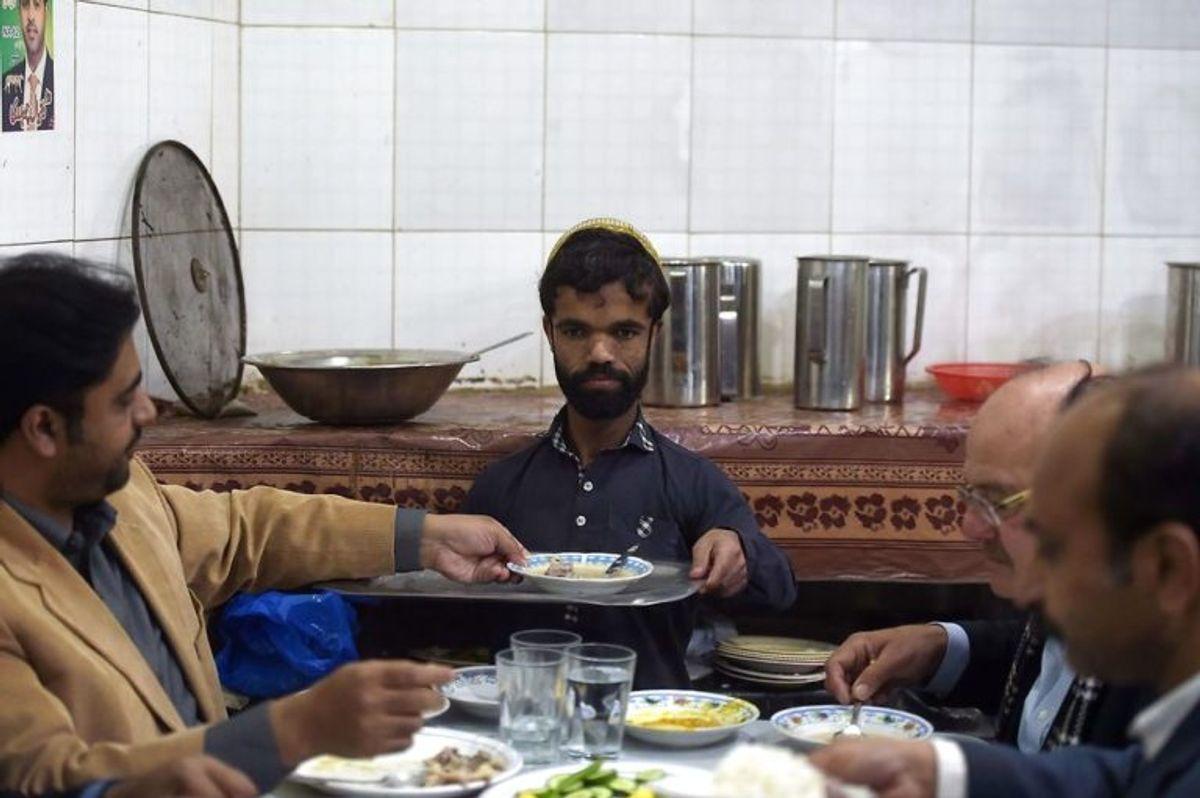 Rozi Khan arbejder til daglig som tjener. Foto: Scanpix