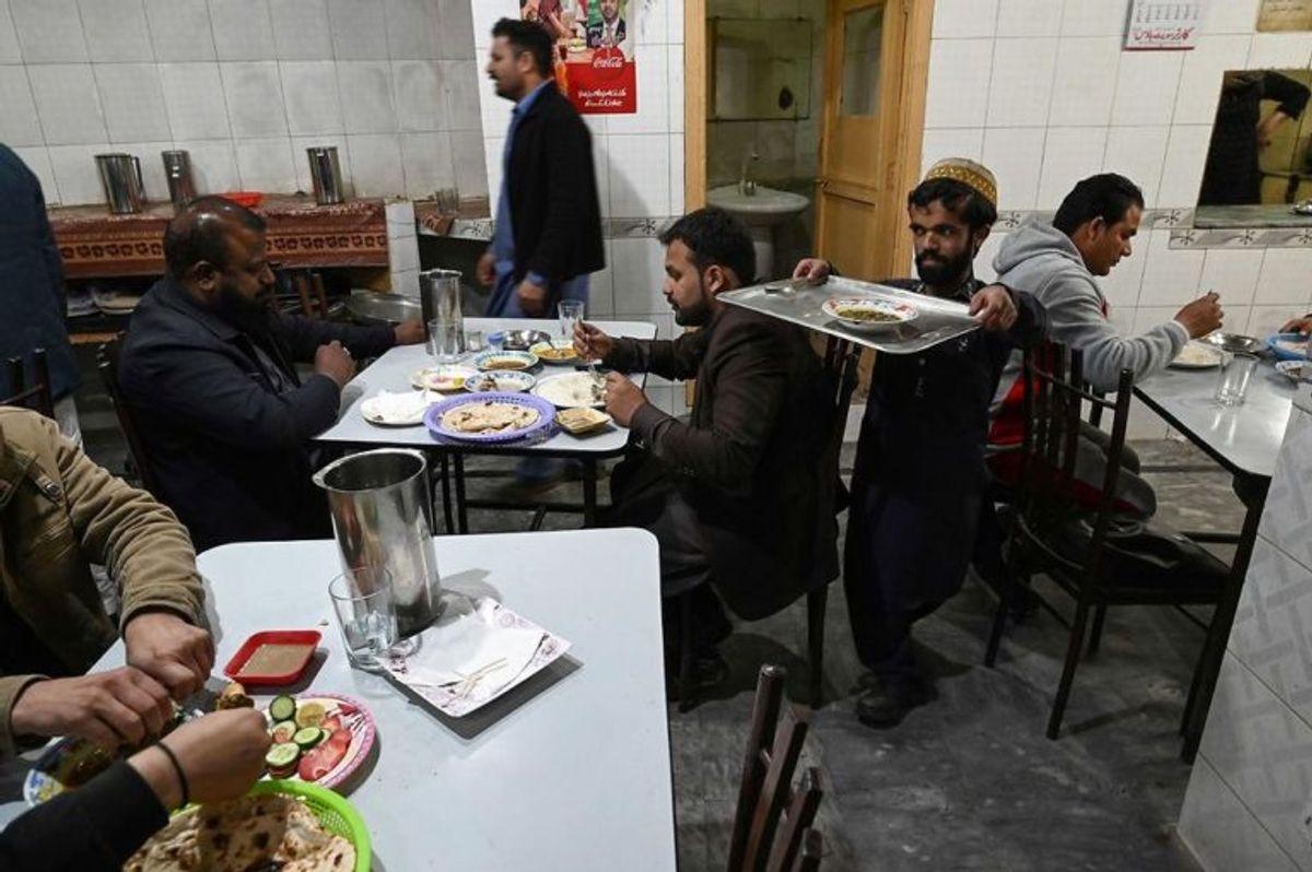 Stedet, hvor Rozi Khan arbejder, er kendt for karry-retter og lokal mad. Og selvfølgelig tjeneren, der ligner en verdensstjerne. Foto: Scanpix