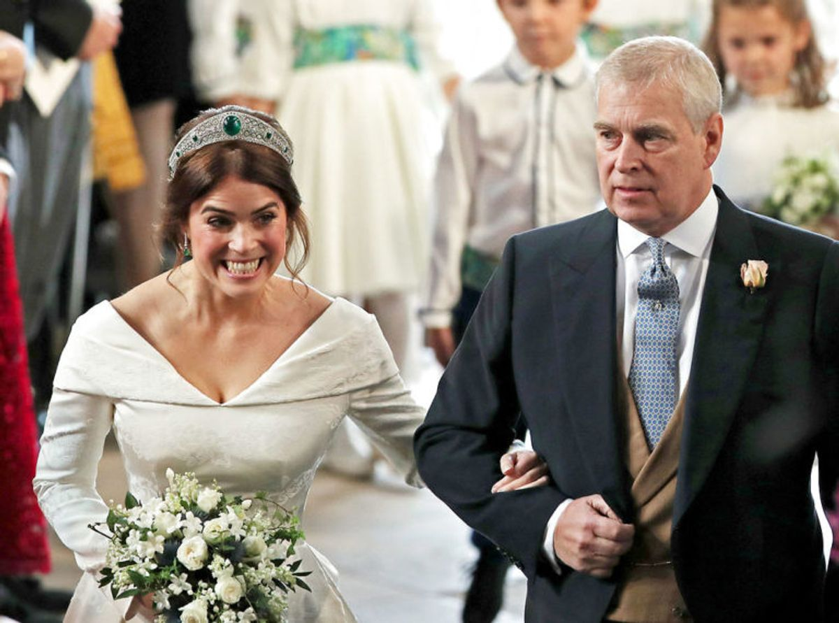 Prinsesse Eugenie blev fulgt ned at kirkegulvet af sin far, prins Andrew. Foto: Scanpix