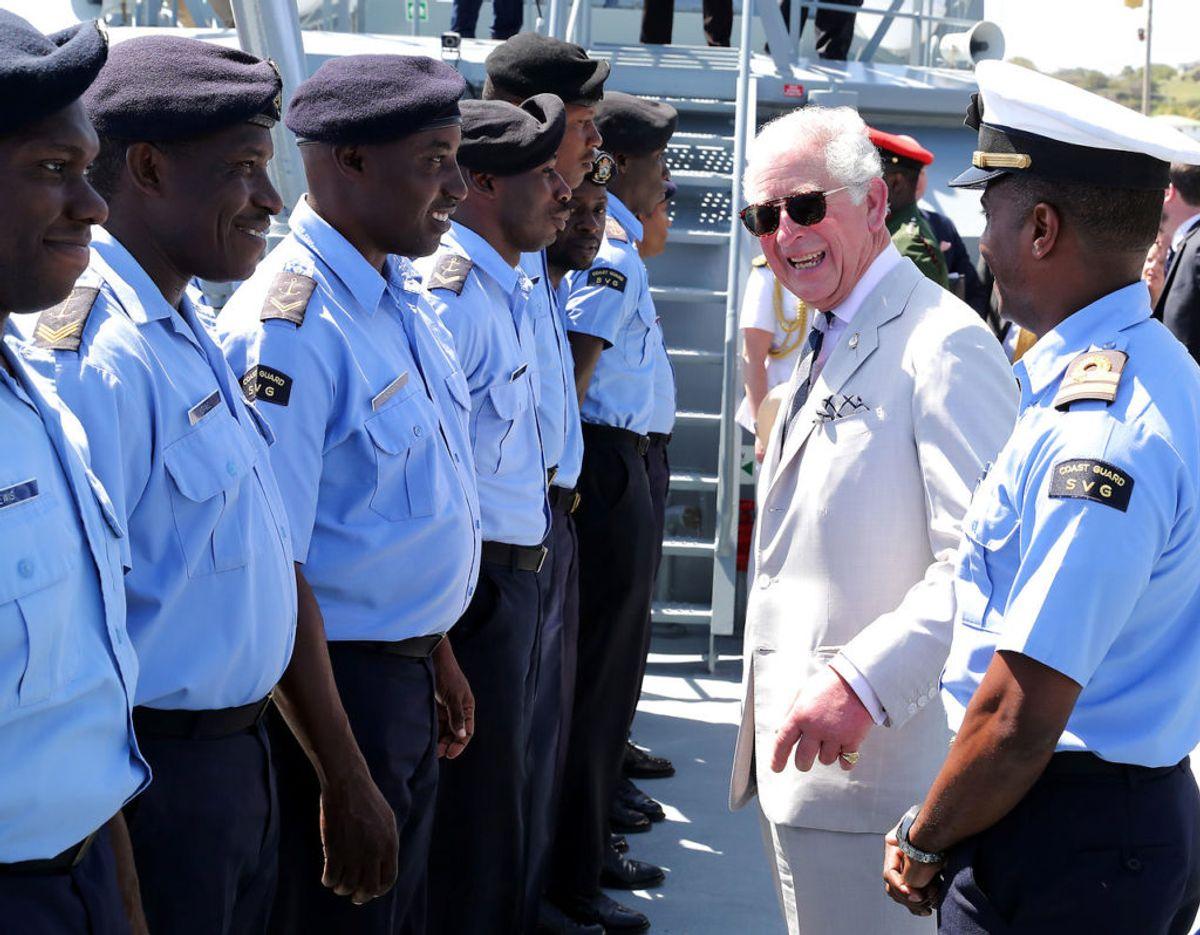 Med solbriller og et i det hele taget cool look, benyttede prins Charles besøget til at besøg et hold marine-kadetter. Foto: Scanpix/Chris Jackson/Pool via REUTERS