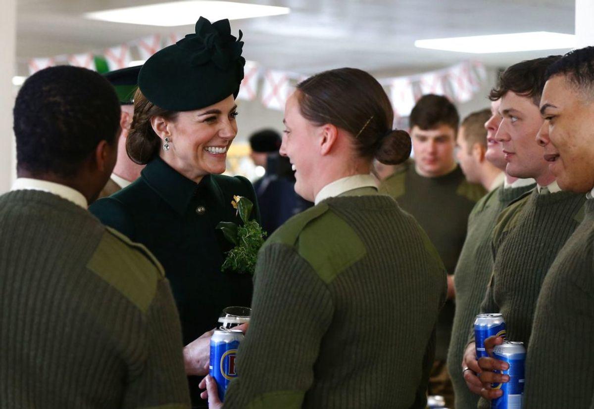 Hertuginden hilser på nogle af basens soldater. Ved samme besøg manede hun graviditets-rygterne i jorden. KLIK og se hvordan. (Foto: Gareth FulleR/Scanpix).
