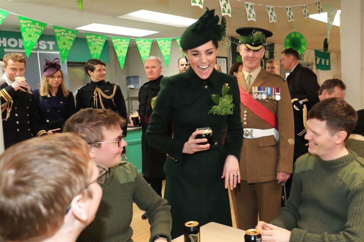 Glad ser hun ud – og ikke fordi, hun er gravid. I hvert fald fik lidt øl under besøget på basen. (Foto: Gareth FulleR/Scanpix).