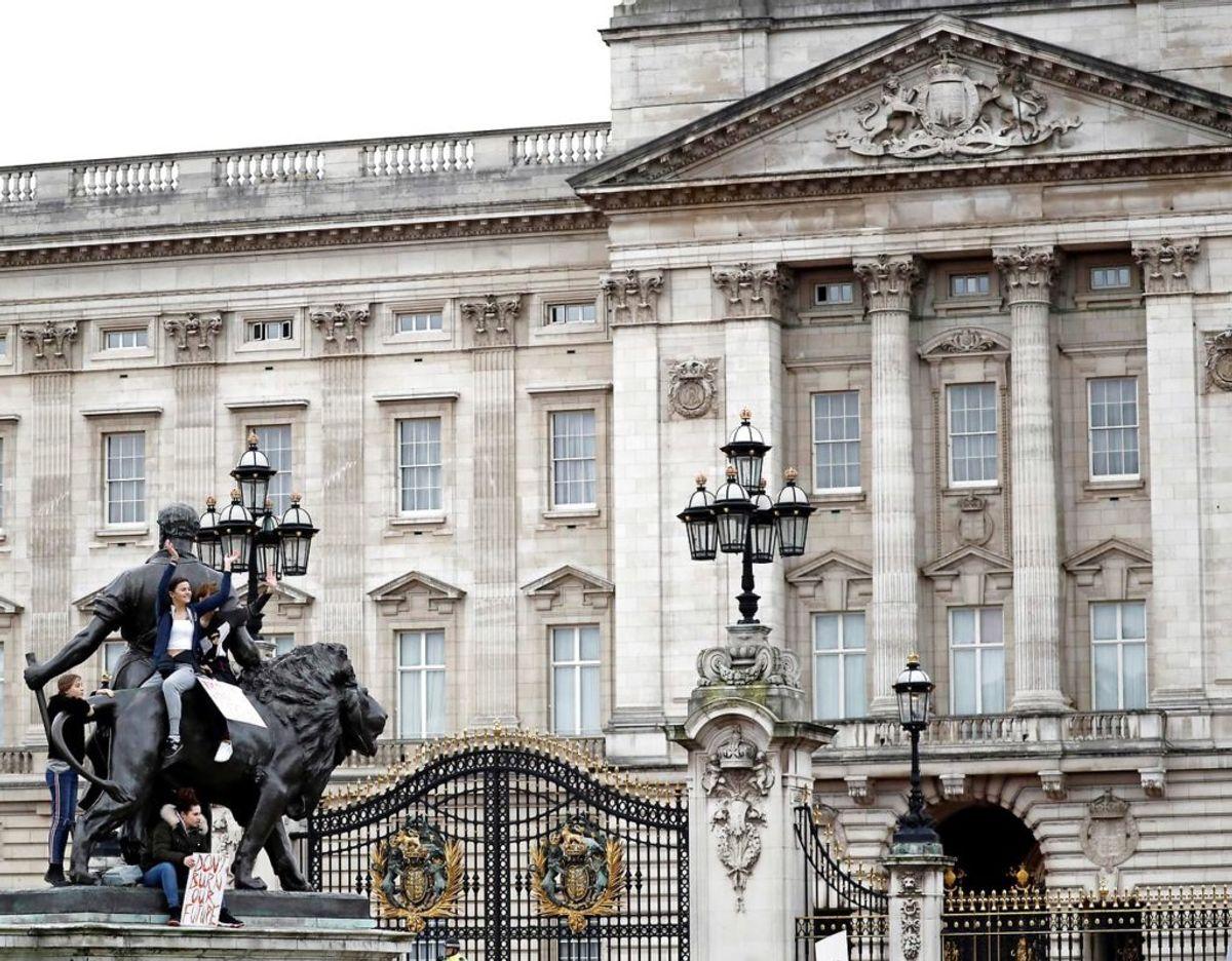 Buckingham Palace bekræfter en ny skilmisse i det engelske kongehus. Klik videre i galleriet for at se en række royale skilsmisser. (Photo by Tolga AKMEN / AFP)