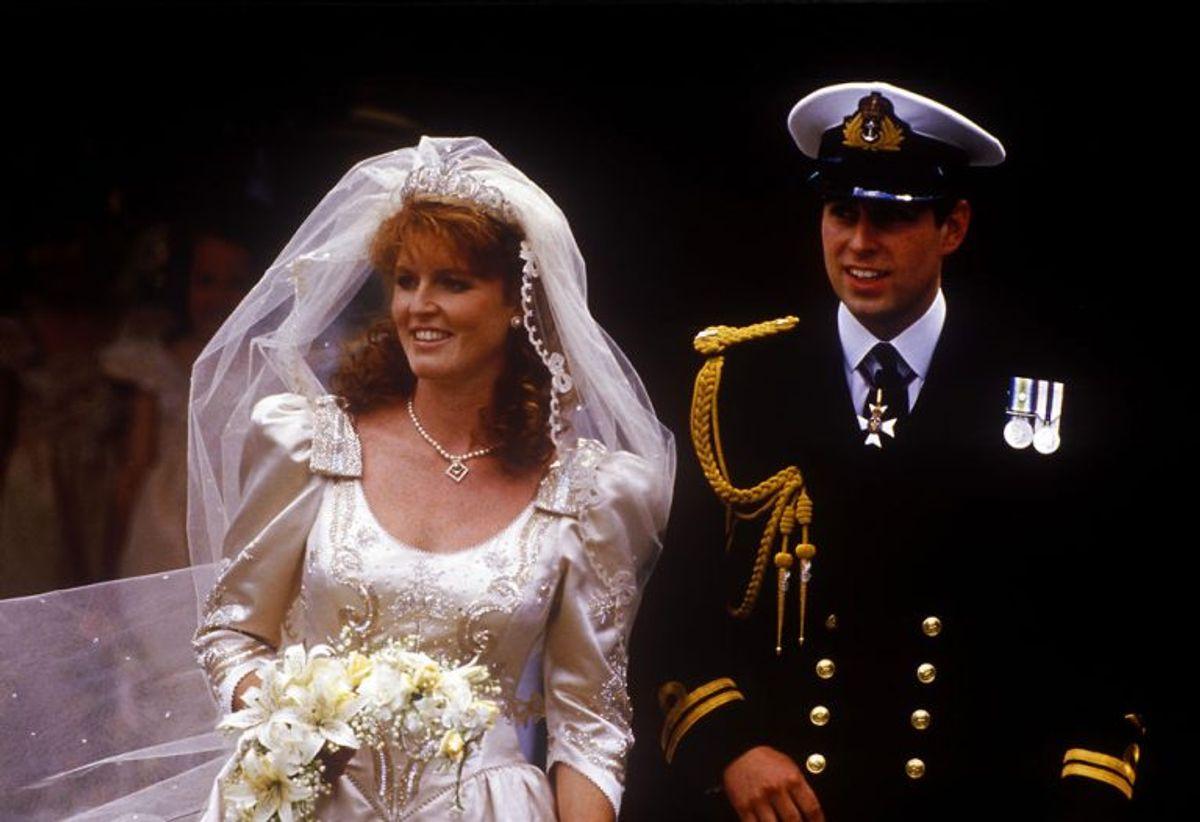 23. juli 1986 giftede Sarah Margaret Ferguson sig med prins Andrew i Westminster Abbey i London. På bryllupsdagen fik brudeparret nye titler. Prins Andrew blev Hans Kongelige Højhed Prins Andrew, hertug af York, mens Sarah blev Hendes Kongelige Højhed hertuginden af York. Parret blev separeret i 1992 og skilt i 1996. Klik videre i galleriet for at se flere royale skilsmisser. Foto: John Shelley/Scanpix (Arkivfoto)