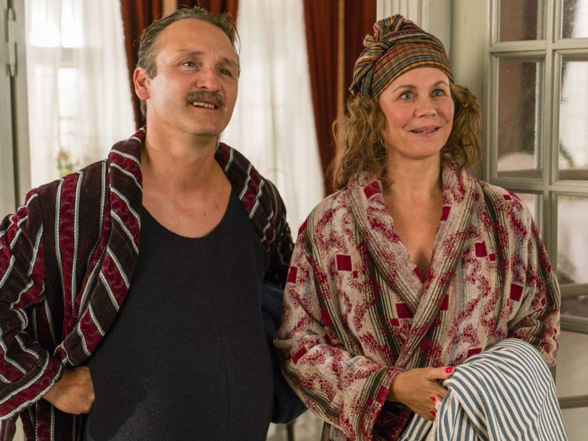 Grosserer Madsen og Therese er flyvende rent økonomisk. Og han er blevet anerkendt med et Ridderkors. Men farerne lurer. Foto: Mike Kollöffel /TV 2