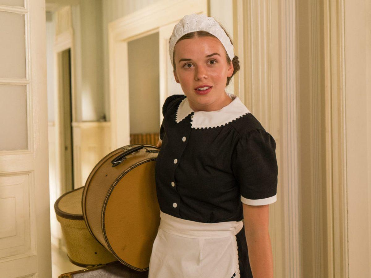 Nana er hotellets nye stuepige – hun er fra Blokhus. Foto: Mike Kollöffel /TV 2
