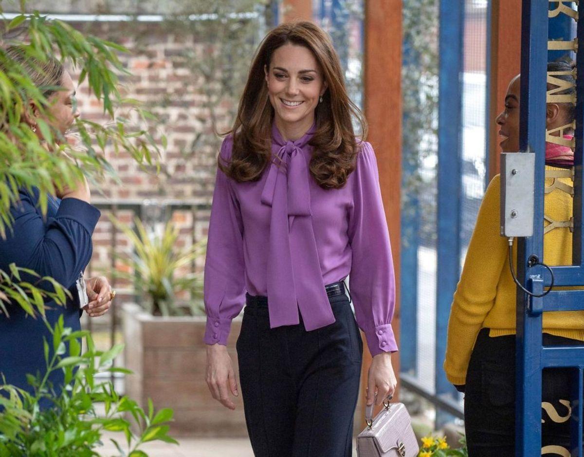 Her ses hertuginden af Cambridge i den omtalte bluse. KLIK VIDERE OG SE FLERE SKØNNE BILLEDER. Foto: Scanpix