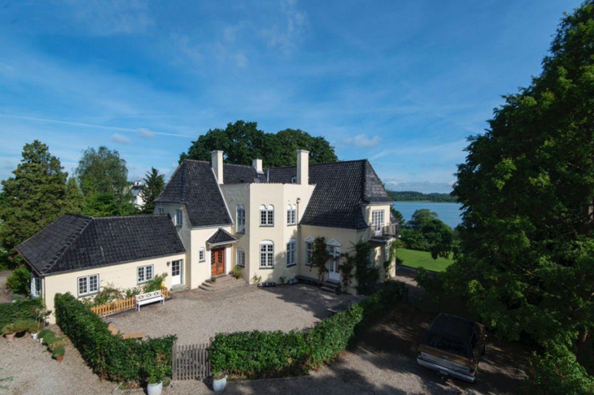 Så smuk er den, villaen, der nu kan bliver din. Foto: Claus Borg & Partner
