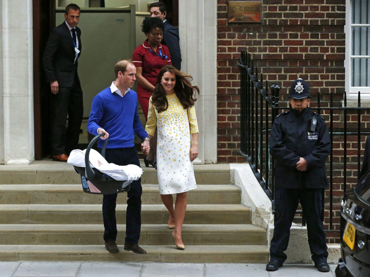 Sådan så det ud, da prins Louis blev præsenteret for offentligheden. Foran er der spærret af. Foto; Suzanne Plunkett/Scanpix.