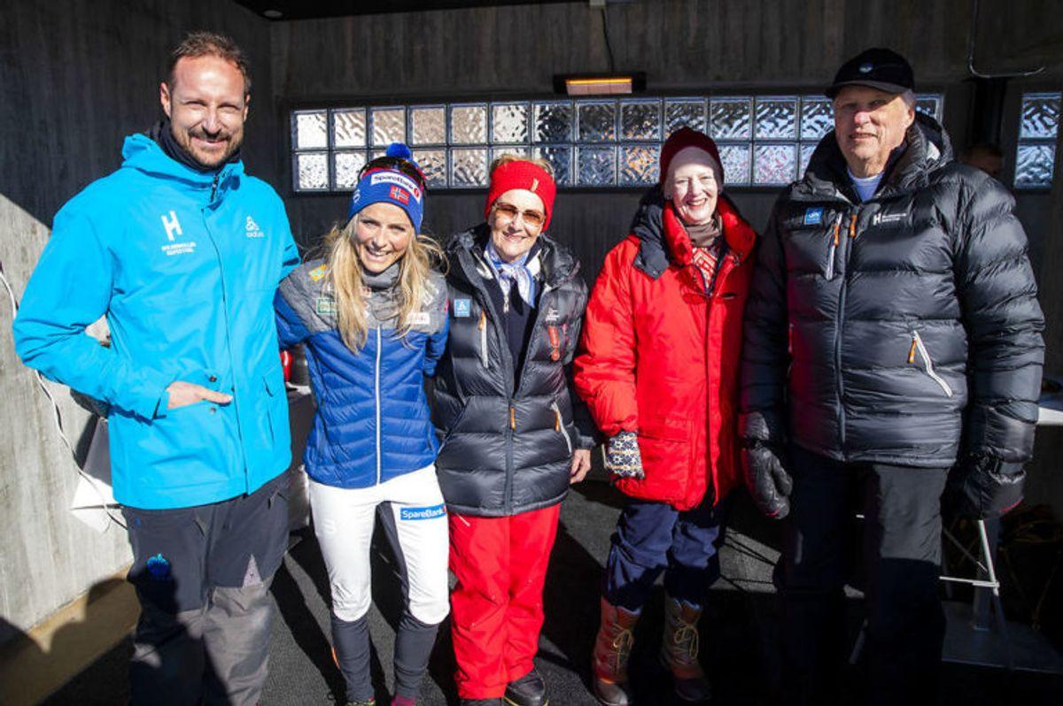 Her ses Therese Johaug sammen med kronprins Haakon, dronning Sonja, kong Harald og danske dronning Margrethe efter 30 km langrend for kvinder. KLIK VIDERE OG SE ALLE DE SKØNNE BILLEDER. Foto: Scanpix