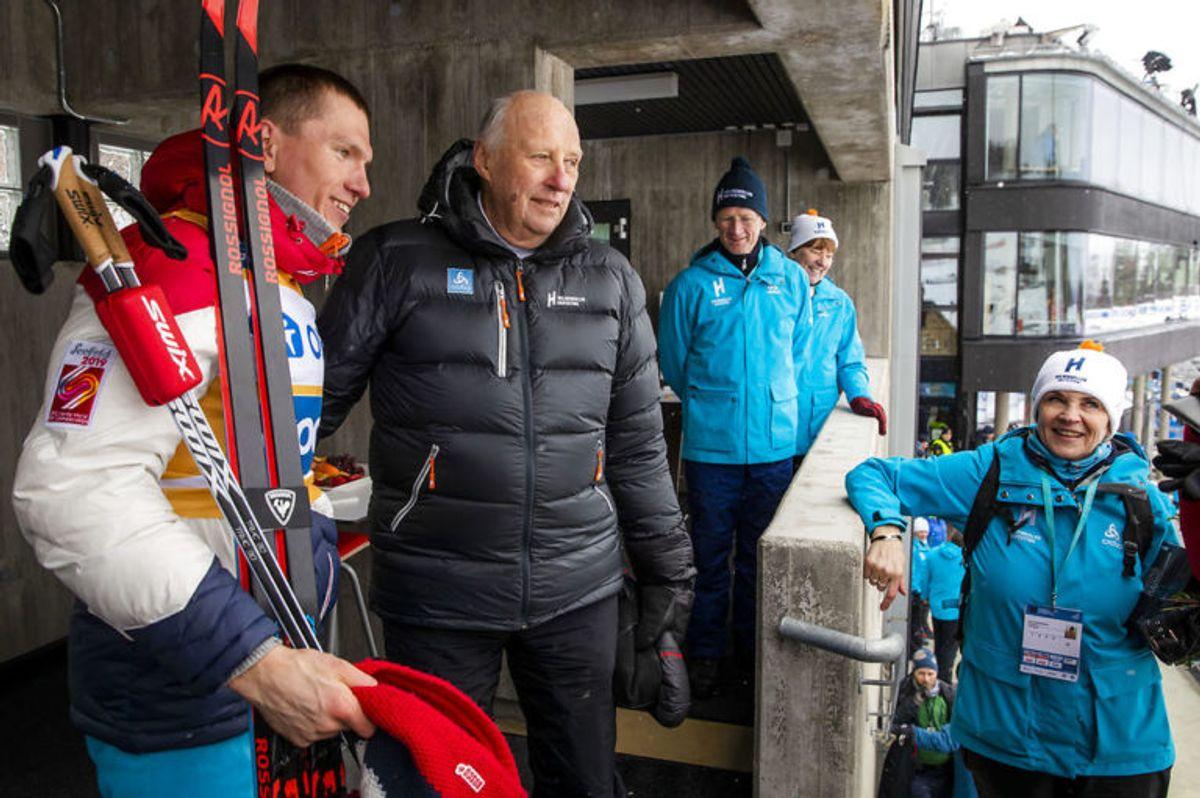 Kong Harald modtager vinderen Aleksandr Bolsjunov efter 50 km langrend. Foto: Scanpix