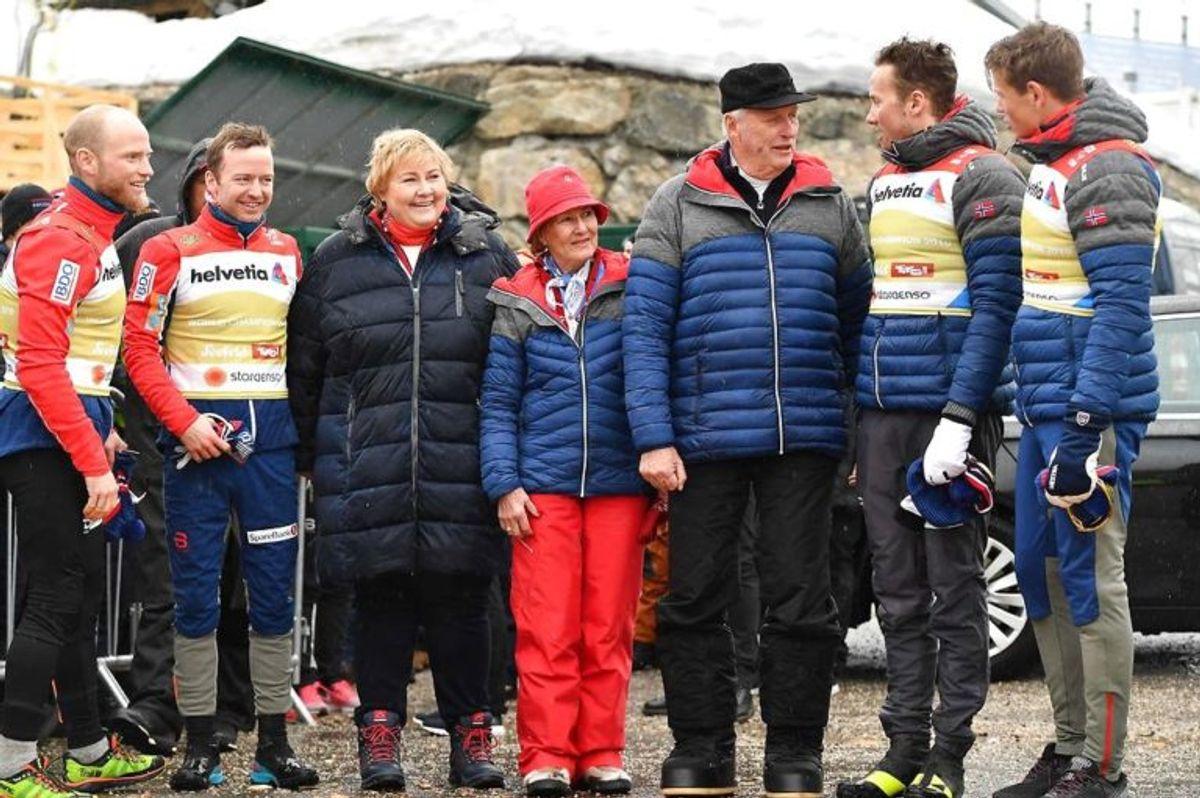 Martin Johnsrud Sundby kæmpede i sneen. Her ses han med Sjur Roethe, Norges statsminister Erna Solberg, dronning Sonja, kong Harald den 5., Norges Emil Iversen og Johannes Hoesflot Klaebo.  Foto: Scanpix