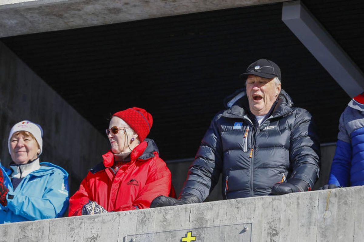 Danmarks dronning Margrethe og kong Harald nød det lækre vejr. Foto: Scanpix