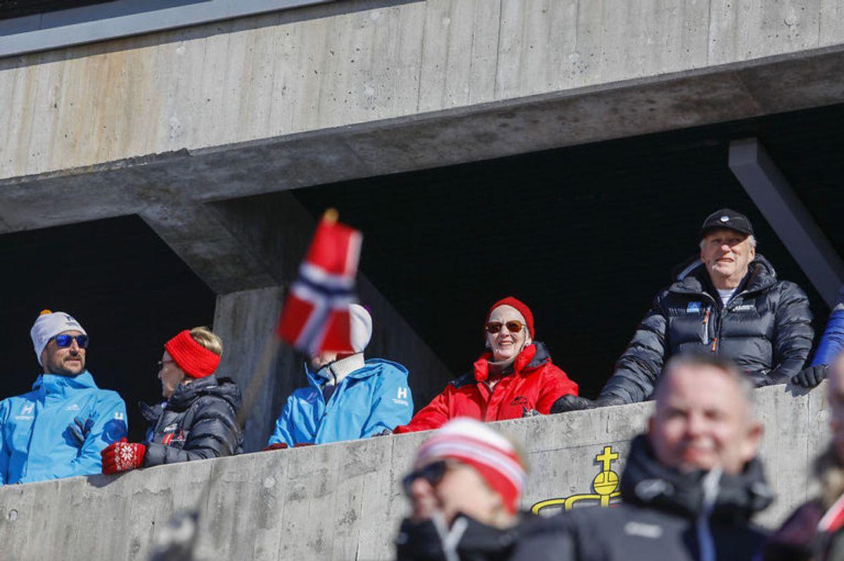 Kronprins Haakon, dronning Sonja, ordfører Marianne Borgen, Danmarks dronning Margrethe og kong Harald var alle på plads under langrend 30 km fællesstart for kvinder. Foto: Scanpix