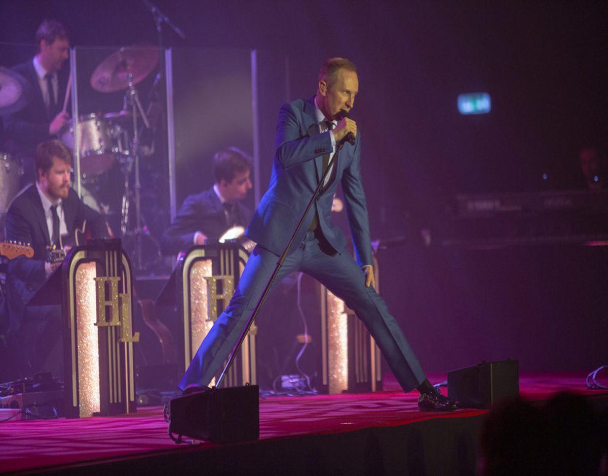 Fra koncerten i Grindsted torsdag aften, hvor Helmut Lotti på nærmest akrobatisk vis drønede rundt på scenen. Foto: René Lind Gammelmark