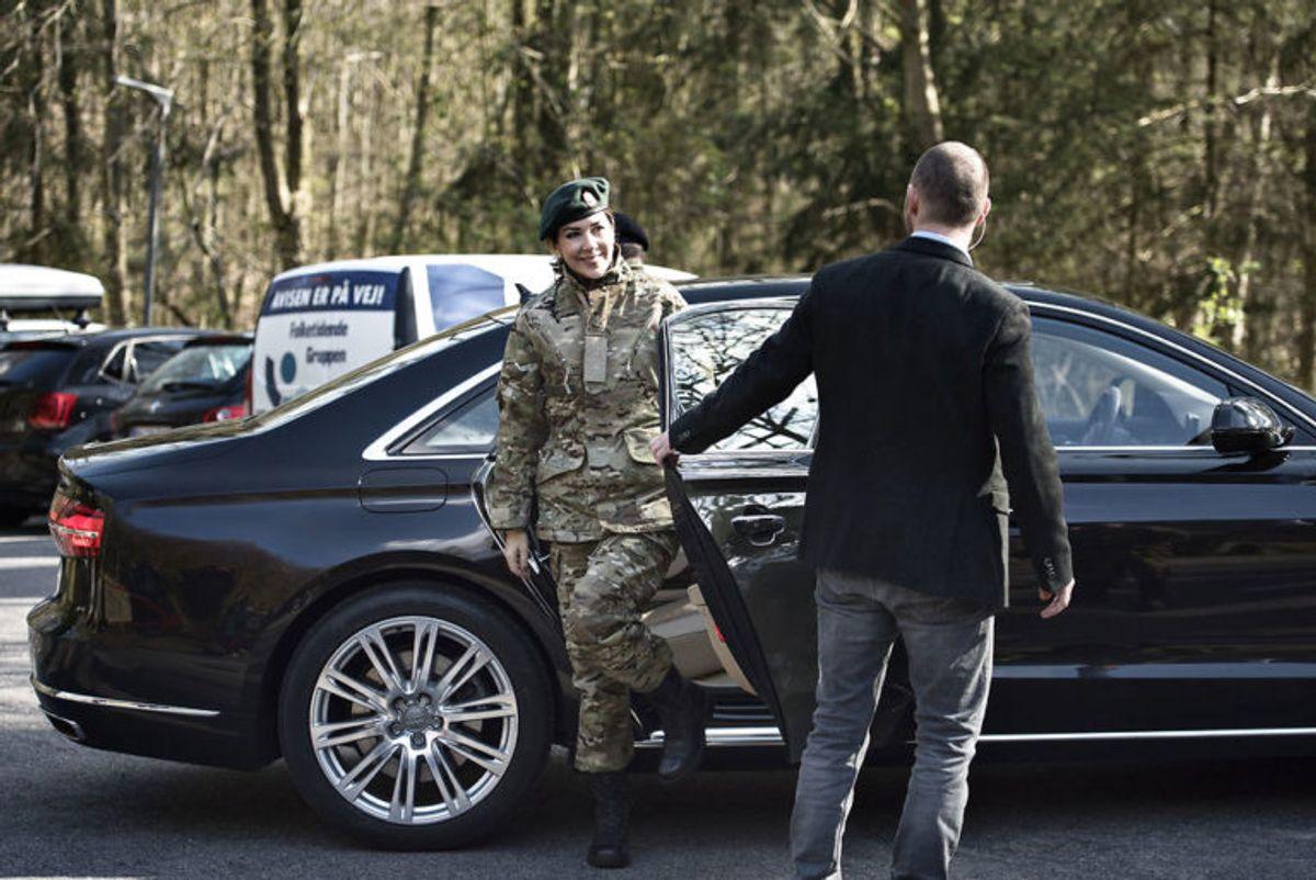 Det er ikke første gang, Mary trækker i uniform. Klik og se flere billeder af Hjemmeværns-prinsessen. (Foto: Scanpix)