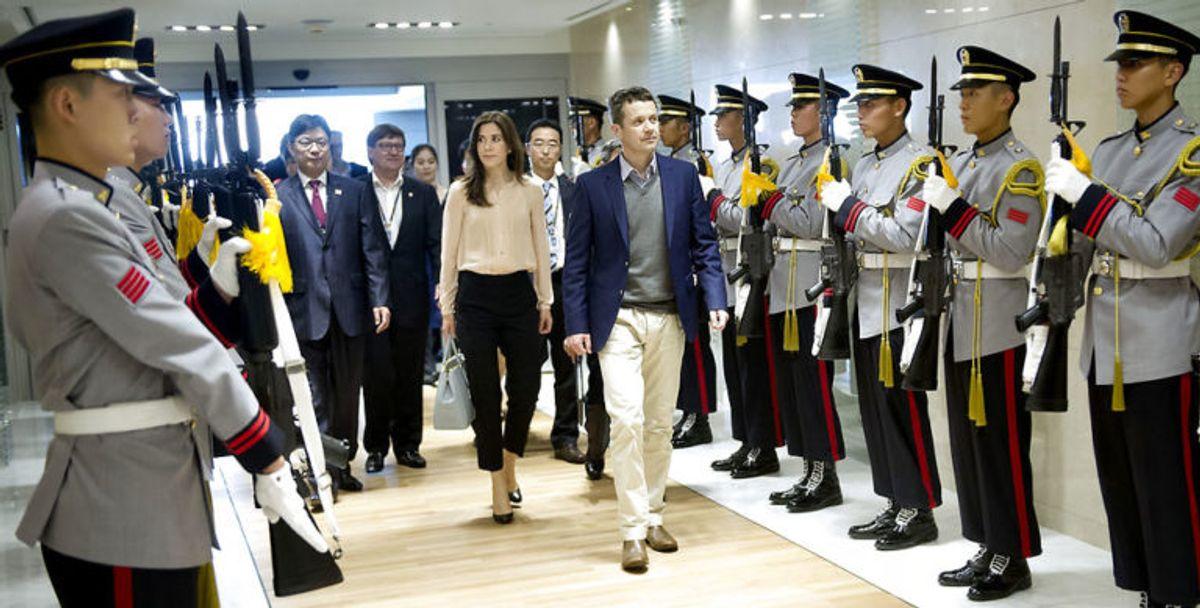 Ankomst i Incheon Airport. Kronprinsparret blev modtaget af æresgarde i lufthavnen.