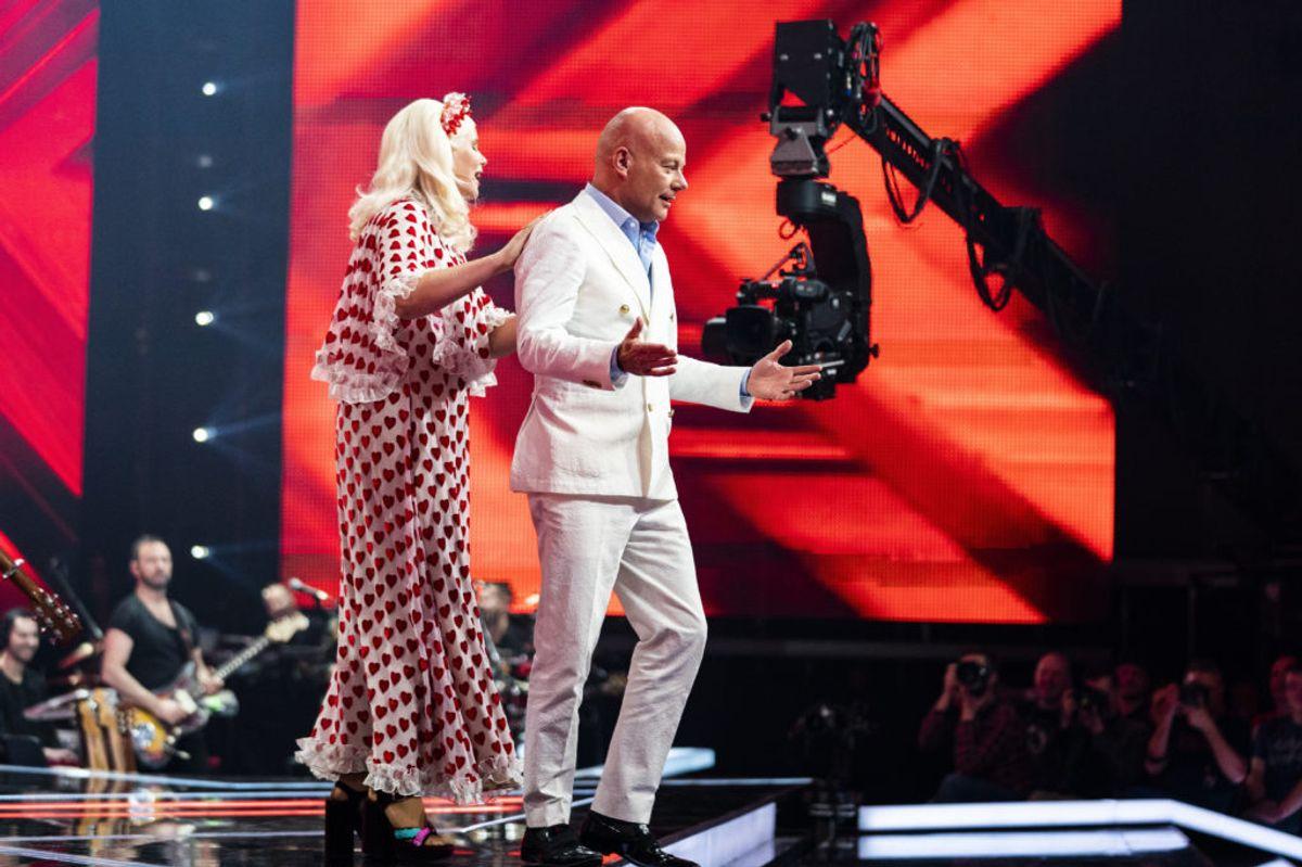 Sofie Linde smider Thomas Blachman ned ad scenen da han vil give et dødskys til den deltager der skal sige farvel til X Factor. Foto: Martin Sylvest/Ritzau Scanpix.