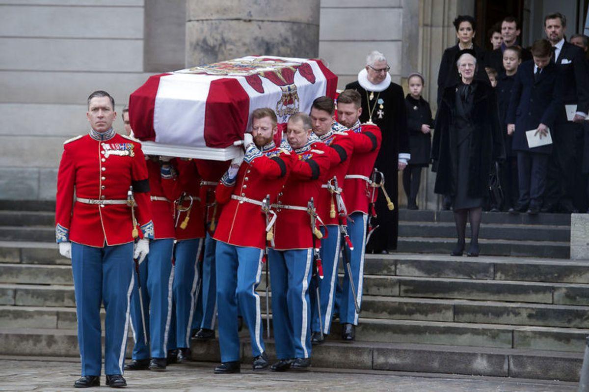 Kisten bæres ud og den kongelige familie følger efter. Prins Henrik bisættes i Christiansborg Slotskirke tirsdag den 20 februar 2018. (Foto: Liselotte Sabroe/Scanpix 2018)