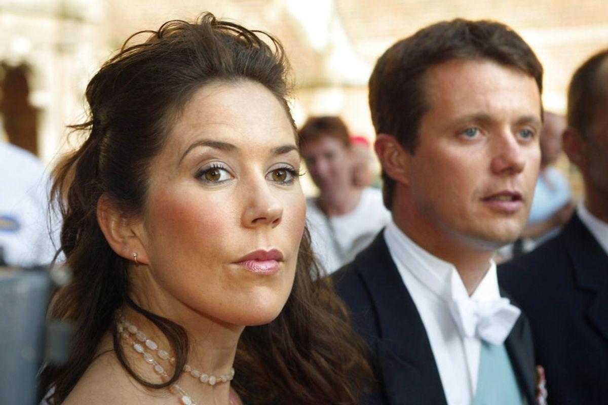 Her ses Mary Donaldson og kronprins Frederik til bryllup hos Otto Reedtz-Thott og Helle Zoefting tilbage i 2002. Foto: Scanpix