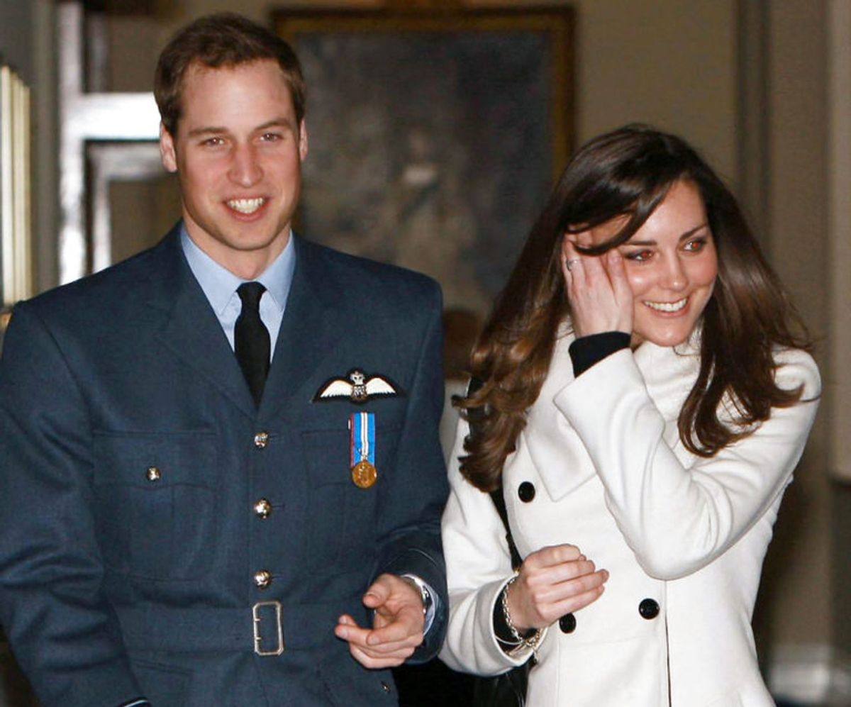 I 2008 modtog prins William sine vinger fra flyvevåbnet – og med sig havde prinsen en noget genert kæreste. Foto: Scanpix