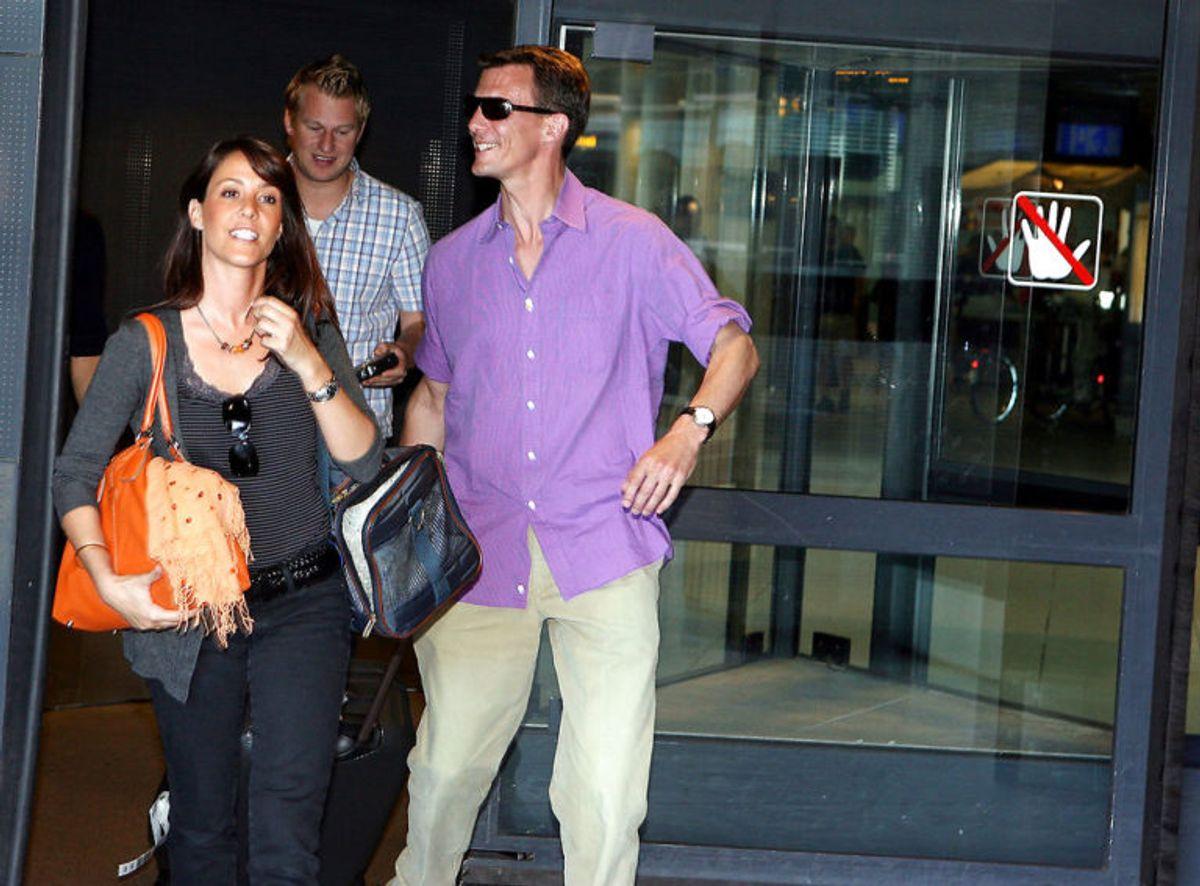 Prins Joachim henter sin kæreste Marie Cavallier i lufthavnen tilbage i 2007. Foto: Scanpix