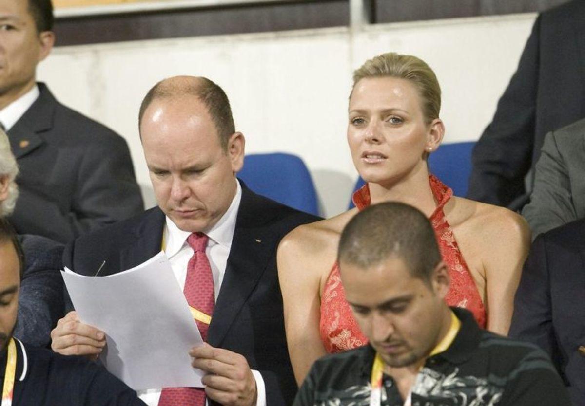 Prins Albert af Monaco ses her med den tidligere olympiske svømmer Charlene Wittstock til OL i 2008. De blev senere gift. Foto: Scanpix