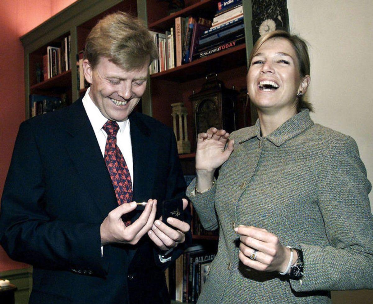 Den hollandske kronprins Willem-Alexander kigger på sin forlovelsesmønt, efter han har friet til argentinske Maxima Zorreguieta helt tilbage i 2001. Foto: Scanpix