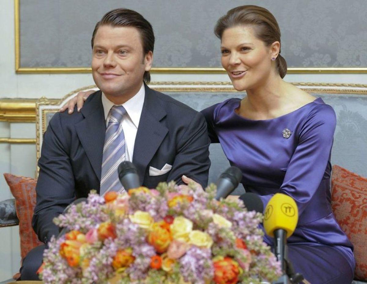 Sveriges kronprinsesse Victoria og kæresten Daniel Westling annoncerer deres forlovelse på det royale palads i Stokholm tilbage i 2009. Foto: Scanpix