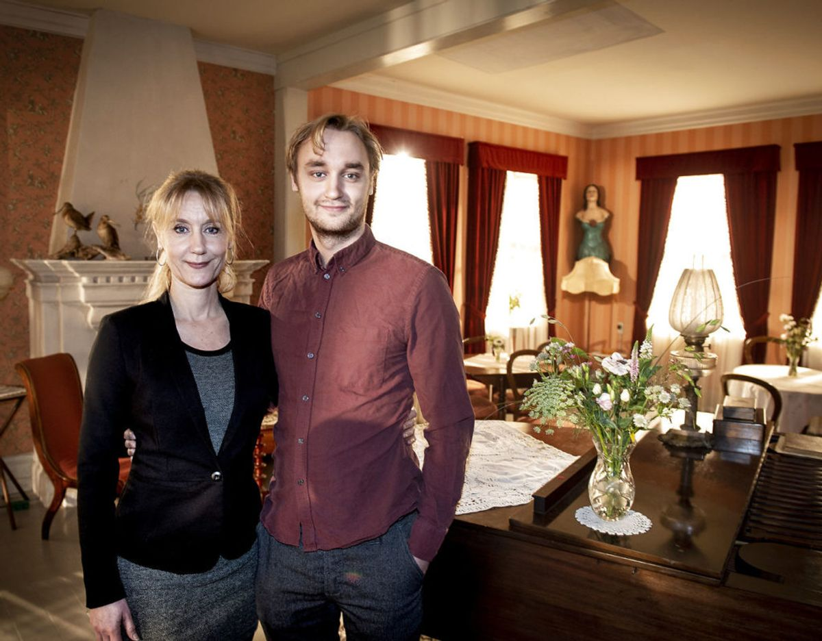 Anette Støvelbæk og Lue Støvelbæk spiller sammen i Badehotellet. I virkeligheden er de mor og søn. Det er de også i serien. (GALLERI: Sådan er ændringerne i den nye sæson af Badehotellet) (Foto: Liselotte Sabroe/Ritzau Scanpix)