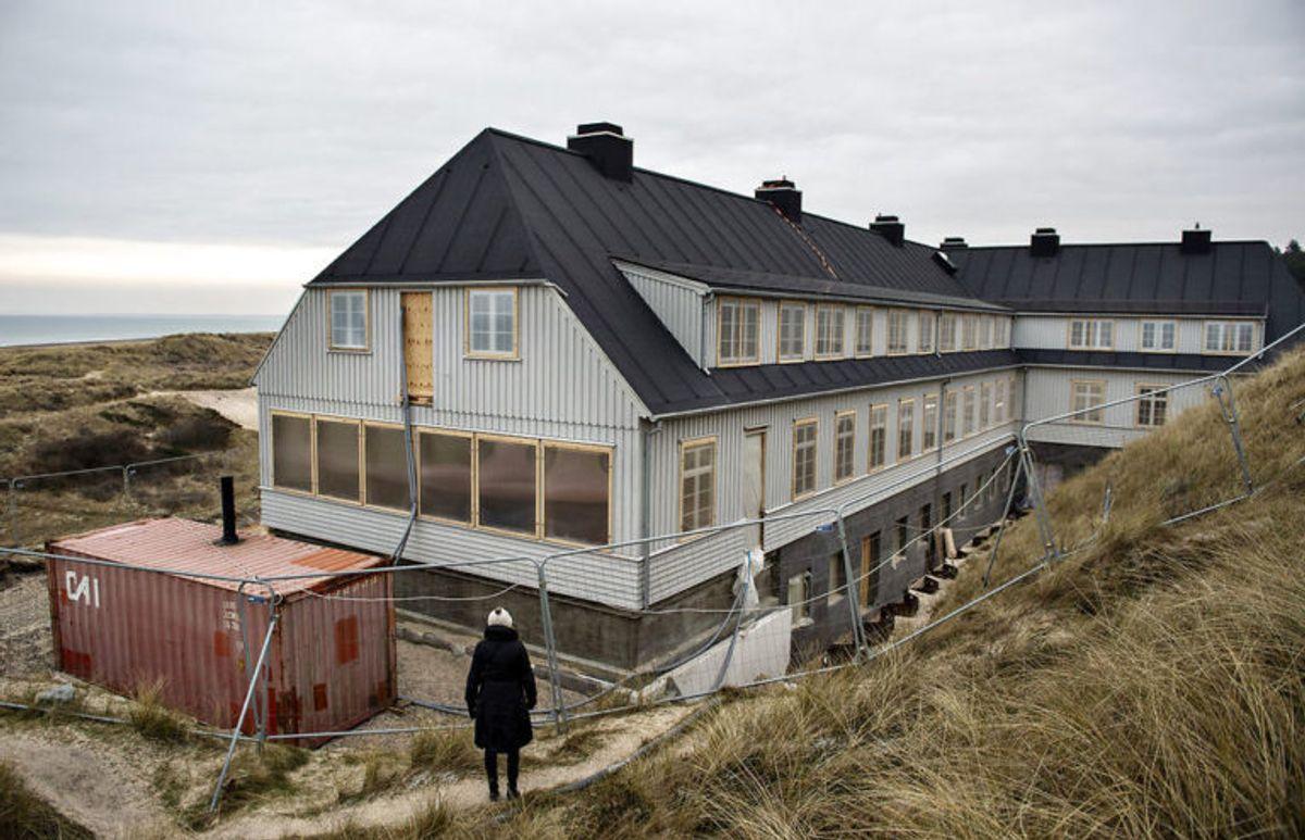 Det nybyggede Svinkløv Badehotel ses her, fredag den 25. januar 2019. Det nye badehotel ligner det gamle, der brændte ned til grunden i september 2016. Hotellet får det samme antal værelser som før, men nu er der bad i alle værelser. Der er stadig nogle måneder tilbage til det nye træhotel kan åbne for den nye sæson, efter planen til maj.. (Foto: Scanpix)