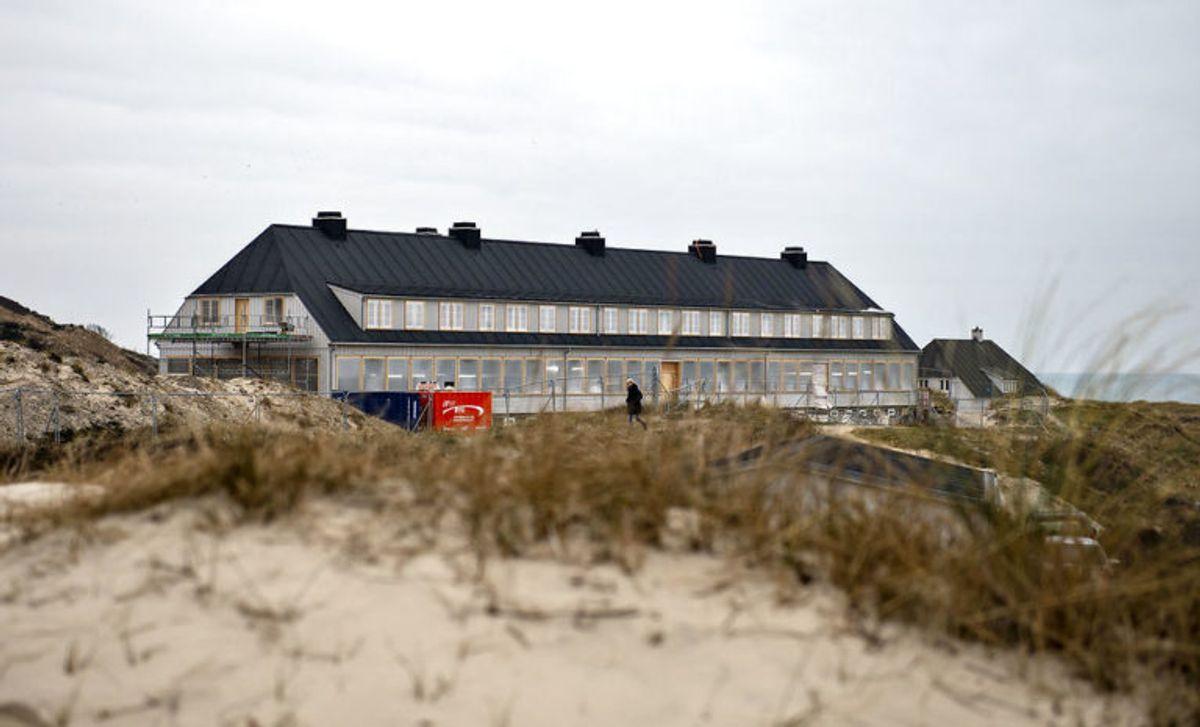 Det nybyggede Svinkløv Badehotel ses her , fredag den 25. januar 2019. Det nye badehotel ligner det gamle, der brændte ned til grunden i september 2016. Hotellet får det samme antal værelser som før, men nu er der bad i alle værelser. Der er stadig nogle måneder tilbage til det nye træhotel kan åbne for den nye sæson, efter planen til maj.. (Foto: Henning Bagger/Ritzau Scanpix)