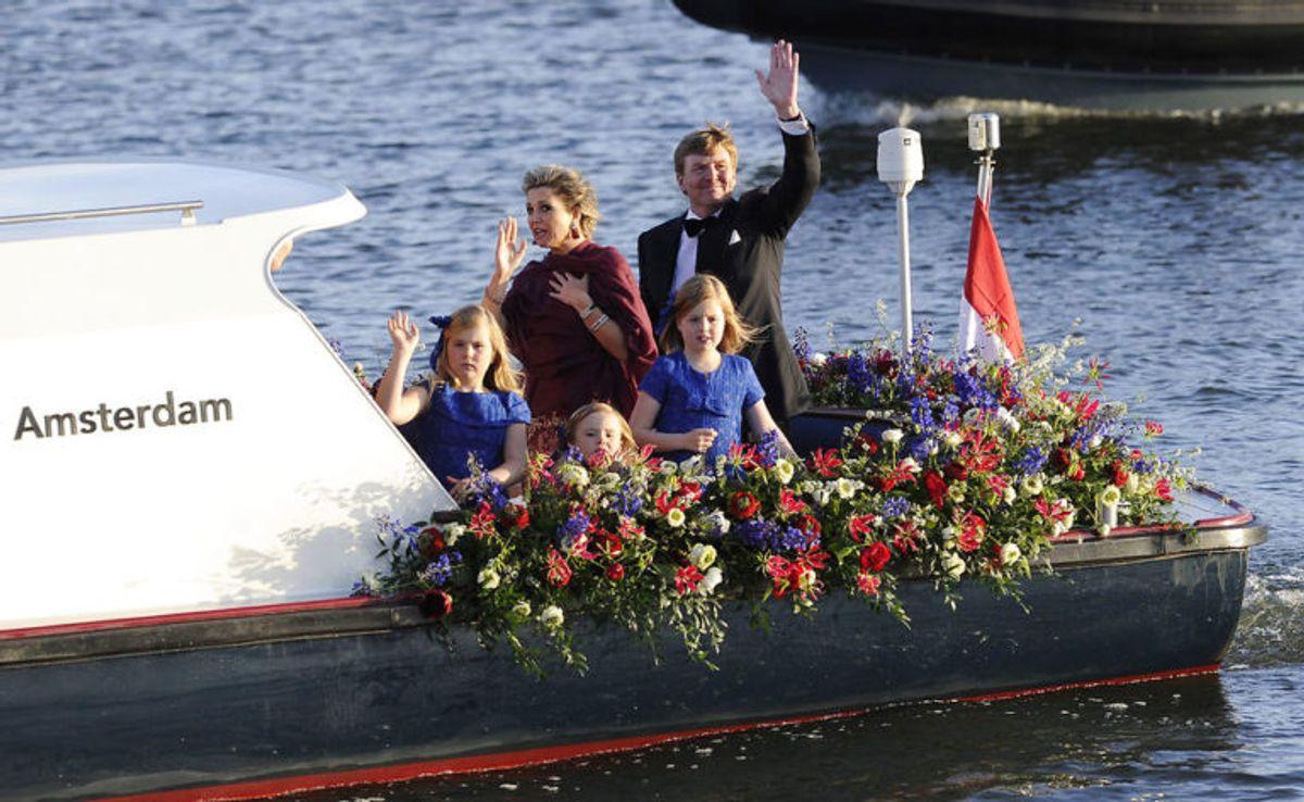 Den kongelige familie er meget, meget populære i Holland. Her er de på kanalfart på den hollandske Koningsdag. (Foto: Scanpix) KLIK FOR FLERE FANTASTISKE BILLEDER AF FAMILIEN!