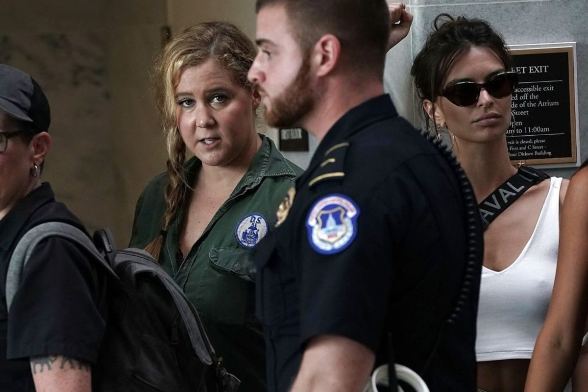 Amy Schumer og Emily Ratajkowski var begge en del af protesterne, da der blev udnævnt ny højesteretsdommer i USA. Foto: Scanpix