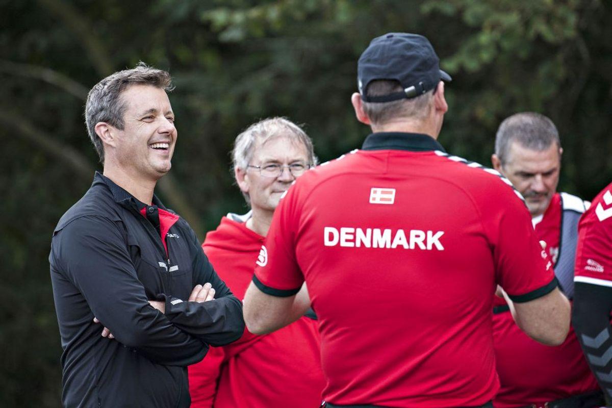 Kronprins Frederik forsøgte sig med bueskydning sammen med de danske krigsveteraner. (Foto: Claus Fisker/Scanpix)