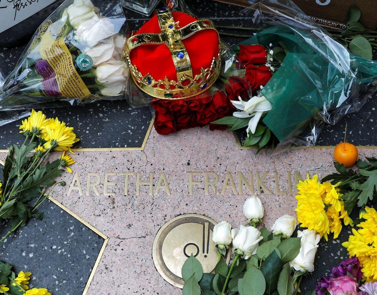 """Fans var ikke sene til at mindes den afdøde """"dronning af soul"""". Foto: Mike Blake/Scanpix"""