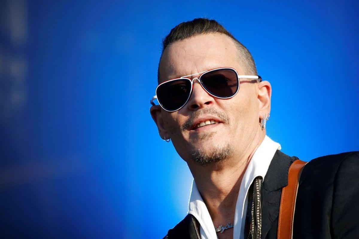 Johnny Depps liv har været fyldt med op- og nedture. I maj 2018 blev han sagsøgt af sine tidligere bodyguards, der siger, de tørrede stoffer af ansigtet på ham på en natklub. Foto: Scanpix