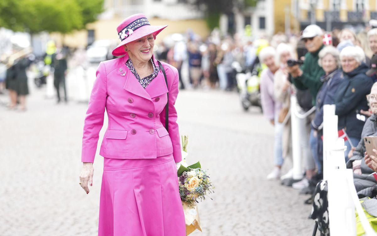 Dronning Margrethe ankommer til Sønderborg Havn og hilser på tilskuerne. Foto: Claus Fisker/Ritzau Scanpix