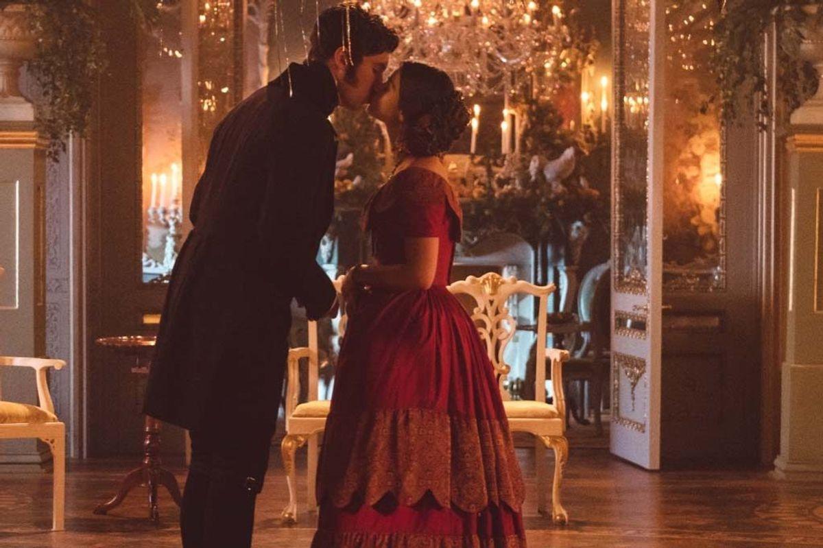 """Serien om dronning Victoria sendes hver søndag. Dronningens hofdame spilles af en tidligere """"Bond""""-pige. Foto: ITV/pressefoto."""