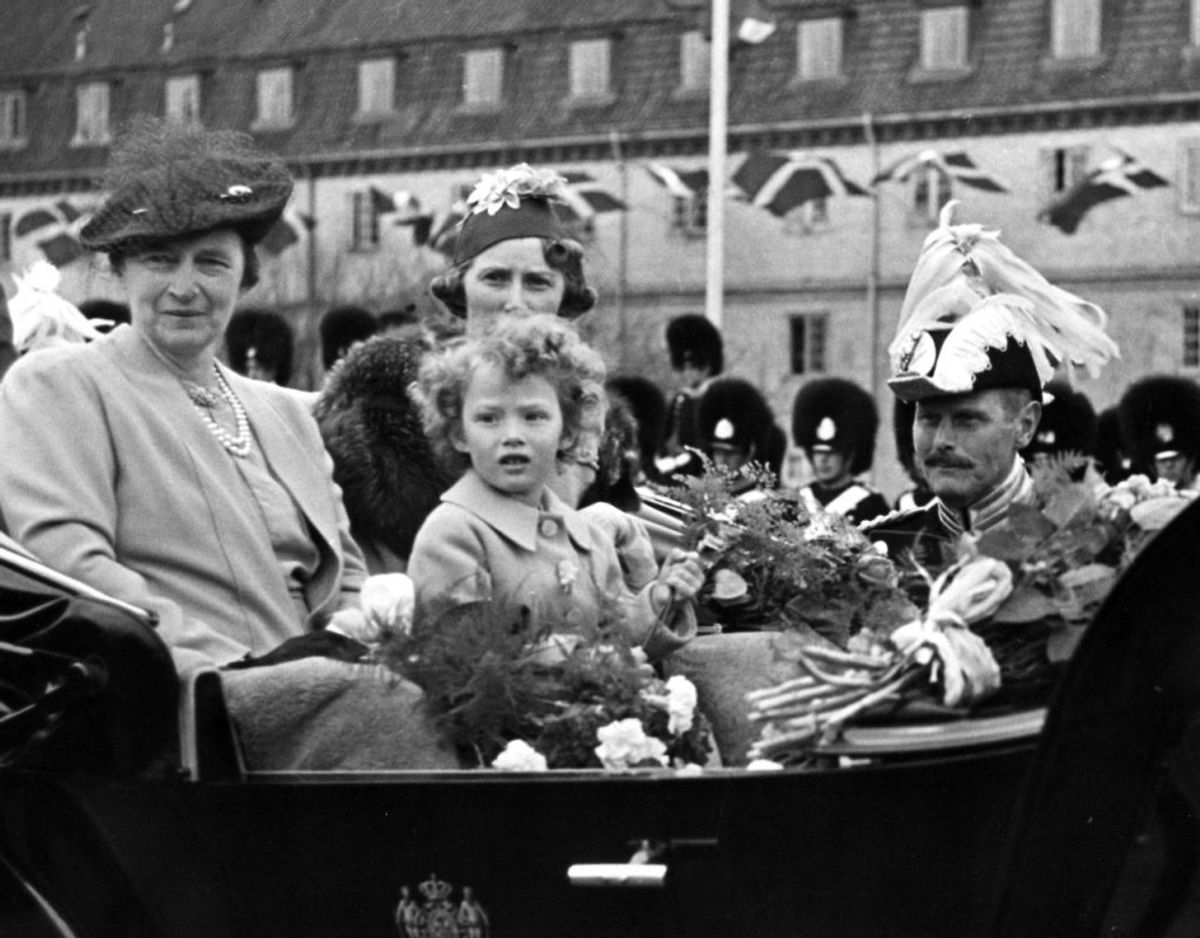 En meget ung prinsesse Elisabeth sammen med sin mor, arveprinsesse Caroline Mathilde, og sin mormor, dronning Alexandrine. Arkivfoto: Scanpix